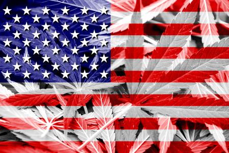 marihuana: EE.UU. bandera en el fondo de cannabis. La pol�tica de drogas. La legalizaci�n de la marihuana Foto de archivo