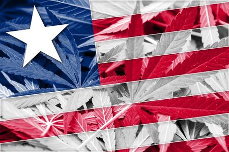 hoja marihuana: Bandera de Liberia en el fondo de cannabis. La pol�tica de drogas. La legalizaci�n de la marihuana