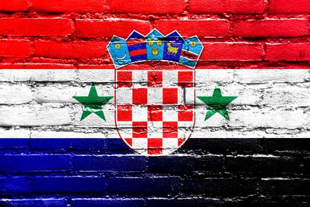 bandera de croacia: Siria y Croacia bandera pintada en la pared de ladrillo Foto de archivo
