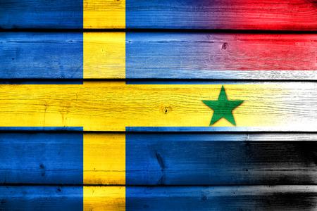 bandera suecia: Siria y la bandera de Suecia sobre fondo de madera Foto de archivo