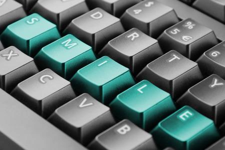 klawiatura: Słowo pisane z uśmiechem przyciski klawiatury Zdjęcie Seryjne