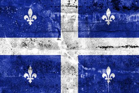 Vlag van Quebec, geschilderd op vuile muur. Vintage en oude look. Stockfoto