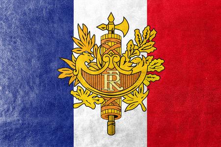 administrativo: Bandera de Francia con el emblema nacional, pintada en textura de cuero