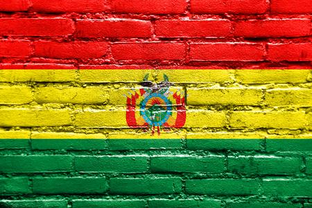 Bandera de Bolivia con el escudo de armas, pintado en la pared de ladrillo