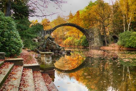 Pont Rakotz (Rakotzbrucke, Devil's Bridge) à Kromlau, Saxe, Allemagne. L'automne coloré, le reflet du pont dans l'eau crée un cercle complet Banque d'images - 67047245