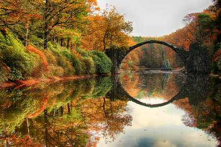 Rakotz Bridge (Rakotzbrucke, Devils Bridge) in Kromlau, Saxony, Germany. Colorful autumn, reflection of the bridge in the water create a full circle Stock fotó