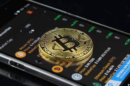 Bitcoin의 물리적 버전, 새로운 가상 돈. 최초의 분산 된 디지털 통화라고하는 전세계의 암호화 및 디지털 지불 시스템을위한 개념적 이미지.