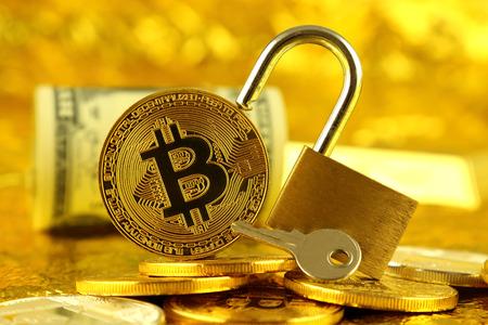 Bitcoin (新しい仮想お金)、金色の錠前や 1 ドルの紙幣の物理的なバージョン。お金と cryptocurrency セキュリティの概念図。