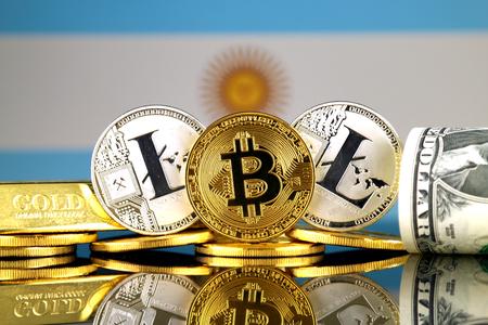Bitcoin、Litecoin、ゴールド、米ドルとアルゼンチン国旗の物理的なバージョン。Cryptocurrency、金、ドルの投資家の概念的なイメージです。