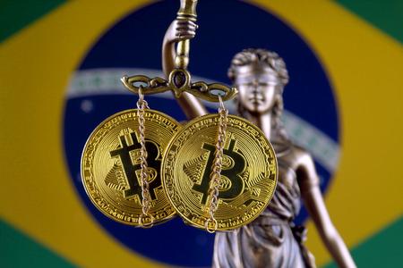 Symbole du droit et de la justice, version physique de Bitcoin et du drapeau brésilien. Interdiction des crypto-monnaies, réglementations, restrictions ou sécurité, protection, vie privée. Banque d'images - 91761901