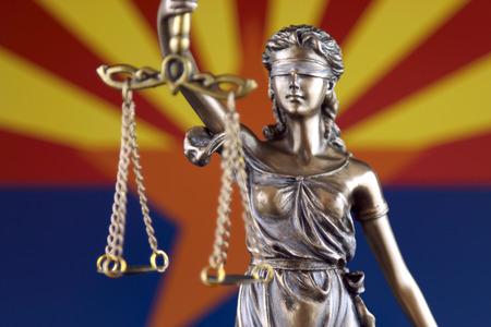 Symbole de la loi et de la justice avec le drapeau de l'État de l'Arizona. Fermer. Banque d'images
