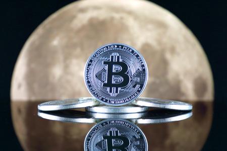 Bitcoin (BTC) et la lune. Le dicton TO THE MOON suggère une augmentation de la valeur des crypto-monnaies. Banque d'images