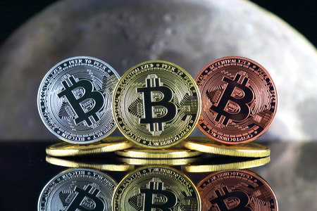 Bitcoin (BTC) and the moon. The saying TO THE MOON suggests an increase in the value of cryptocurrencies. 版權商用圖片