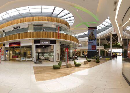 WROCLAW, POLEN - 07. MAI 2019: Das Einkaufszentrum Aleja Bielany in Bielany Wroclawskie, nahe der Grenze zu Breslau, ist das größte Einkaufszentrum in Polen. Ein einzigartiges Architekturprojekt.