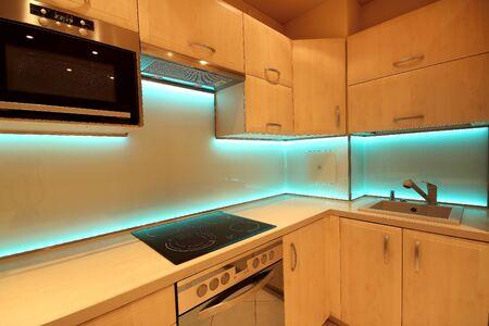 Nowoczesna luksusowa kuchnia z niestandardowymi meblami i szkłem z podświetleniem LED RGB