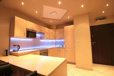 Moderne Luxusküche mit maßgeschneiderten Möbeln und LED-RGB-Hintergrundbeleuchtung