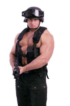 Schuss ein Soldat Betrieb Pistole. Uniform entspricht den speziellen Dienstleistungen (Soldaten) der NATO-Staaten. Shot in Studioqualität. Isoliert auf Weiß.  Standard-Bild