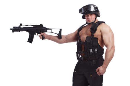 Geschossen von einem Soldaten, der Gewehr hält. Uniform paßt sich an spezielles services(soldiers) der NATO Länder an. Geschossen im Studio. Lokalisiert auf Weiß.