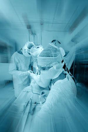 operation gown: Los m�dicos est�n trabajando - medicina de antecedentes. Filmada en un hospital.