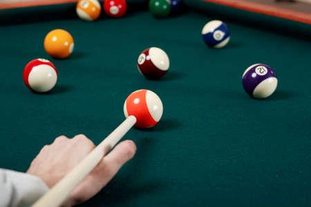 snooker room: Biliardo gioco dettagli: palle, stecca, tavola.