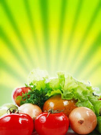 Hortalizas frescas, frutas y otros alimentos. Filmada en un estudio.  Foto de archivo