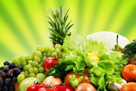 Hortalizas frescas, frutas y otros alimentos. Filmada en un estudio.