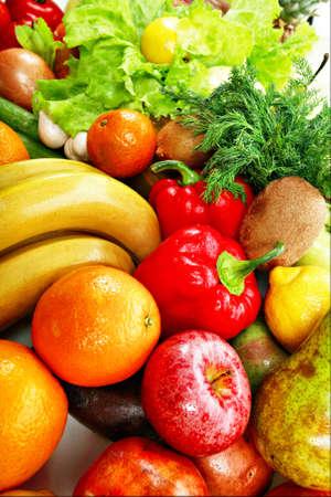 viveres: Verduras frescas, frutas y otros comestibles. Tirado en un estudio.