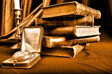 libros antiguos: Fondo del arte del estilo. Libros y velas de la vendimia.