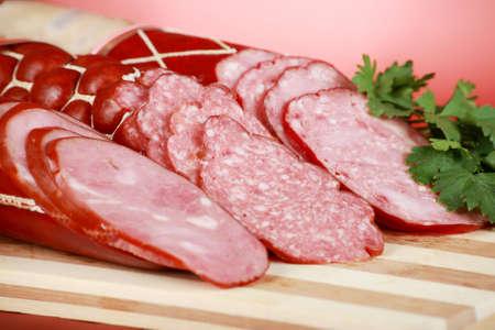 plato del buen comer: Sabrosas salchichas sobre fondo rojo.