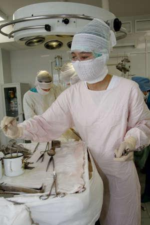 guanti infermiera: Operazione in un processo. Girato in un ospedale.  Archivio Fotografico