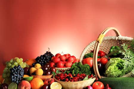 canastas con frutas: Hortalizas frescas, frutas y otros productos alimenticios. Gran colecci�n Foto de archivo