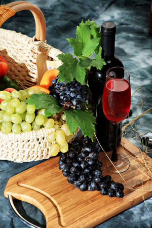 winemaker: Wine composition: vine and bottle of wine Stock Photo