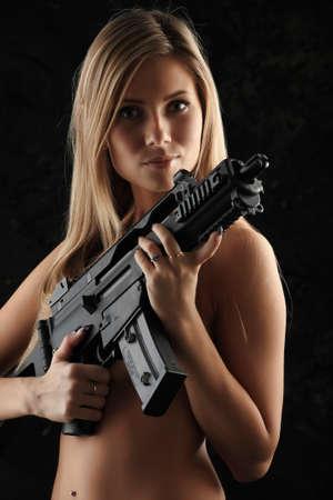 mujer con pistola: Foto de una hermosa ni�a de la celebraci�n de arma de fuego.