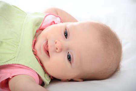 Hermoso beb�. Filmada en un estudio. Aislado en blanco. Foto de archivo