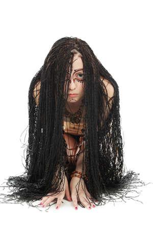 dreadlocks: Retrato de una joven en pose amenazante.