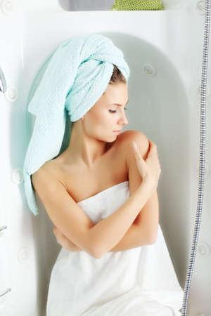 cabine de douche: Portrait d'une belle jeune femme dans une salle de bains. Banque d'images