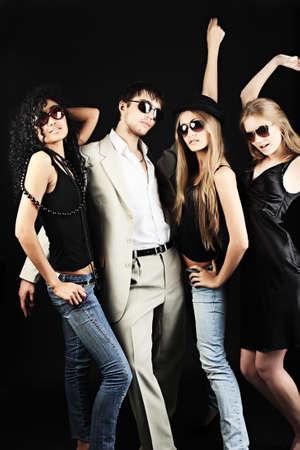 mujeres fashion: Un grupo de j�venes con estilo. Moda, belleza, entretenimiento.