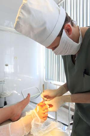 operation gown: Tema m�dico: el cirujano en el cuarto.