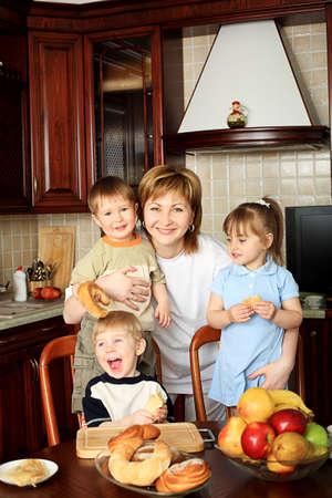 mucha gente: Familia feliz con una comida en casa. Foto de archivo