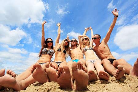 pies bonitos: Alegre j�venes se divierten en una playa. Grandes vacaciones de verano. Foto de archivo