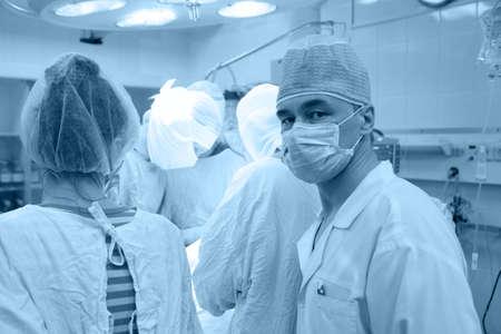 Médico tema: los cirujanos en el cuarto.