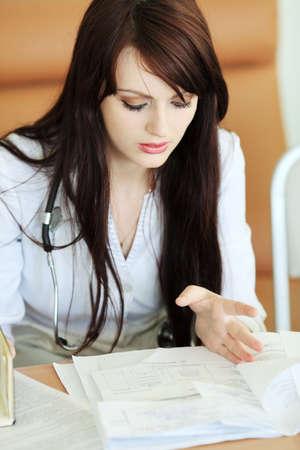 historia clinica: Tema m�dico: m�dico est� estudiando un informe m�dico.