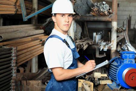 artesano: Tema industrial: un trabajador en un �rea de fabricaci�n.