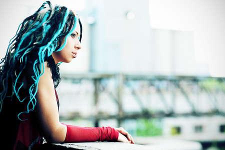 punk hair: Portrait d'une jeune femme �l�gante avec des dreadlocks.