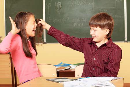 Tema di istruzione: i bambini in una classe.