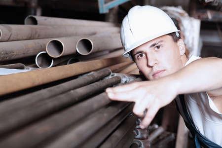 産業用テーマ: 製造エリアで労働者。
