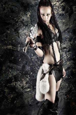 katana: Mooie vrouwelijke vechter met een zwaard in haar handen.