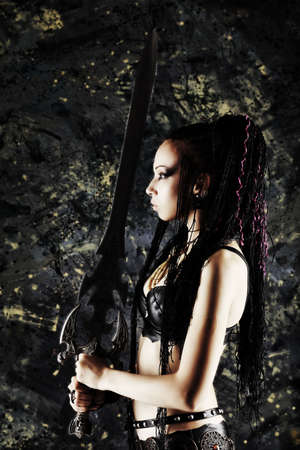 mujer pirata: Combate hermosa mujer con una espada en sus manos. Foto de archivo