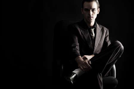 traje: Retrato de un hombre joven y guapo con un traje elegante. Foto de archivo