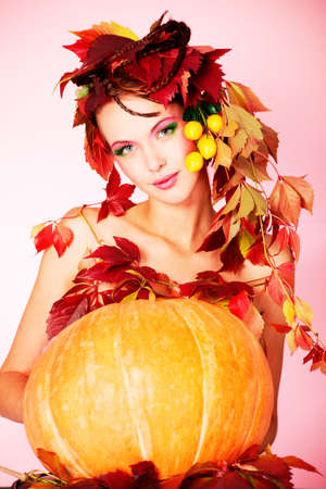 pumpkin leaves: Portrait of a styled professional model. Theme: beauty, autumn fashion